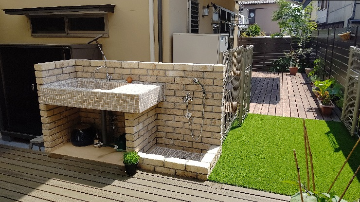 ガーデンシンク と ペットシャワー (レンガ積み+モザイクタイル張り)