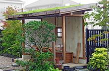 草屋根のちょっと和風な小屋